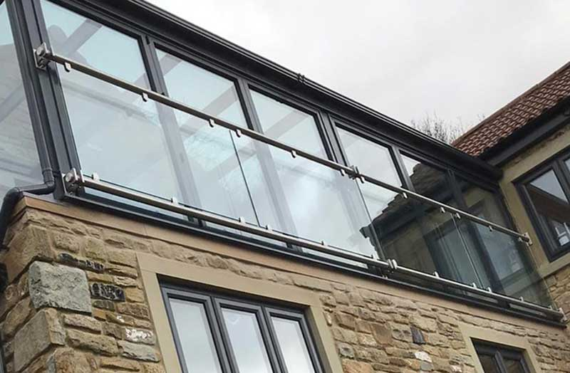 Wide Franklyn balcony with centre bracket