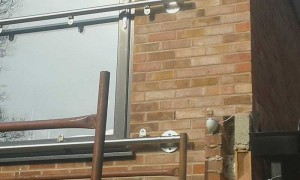 Installing the balcony glass 2